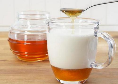 纯牛奶里能加蜂蜜吗纯牛奶加蜂蜜喝的3大好处